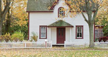 Neu gebaute Häuser und Wohnung als Anlageform